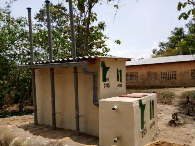 Nueva Letrina Completada en Kudzravi, Togo